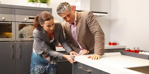 Het bekijken van de werkbladen in de keuken