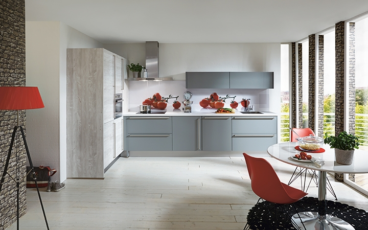 Kastenwand Keuken Moderne : Een moderne hoekkeuken met hoge kastenwand i kook