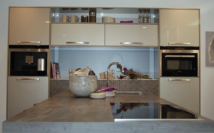 Deze keuken is voorzien van luxe inbouwapparatuur i kook