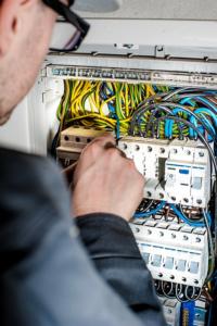 Hulp bij de nieuwe keuken voor leidingwerk van water en elektriciteit