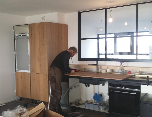 Keukenmonteur plaatst een I-KOOK keuken