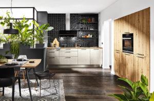 Ergonomie in de keuken met oven op hoogte in de Häcker keuken Steel metallic hell