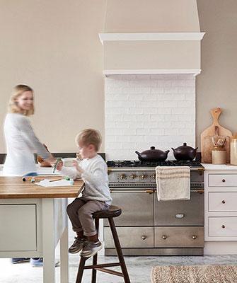 Keuken verven in de nieuwste kleuren: Witte landelijke keuken in de Little Greene verf kleuren: Mushroom, Pompeian Ash en Flint - Intelligent Paints