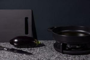 Zwarte keuken: AluSplash keukenachterwand Lava Stone + pitt cooking - Dekker Zevenhuizen