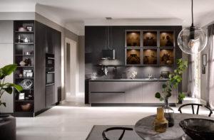 Keukenverlichting tips: afzuigkap verlichting, in en onder bovenkasten verlichting in een donkere Häcker keuken 2070 GL metallic