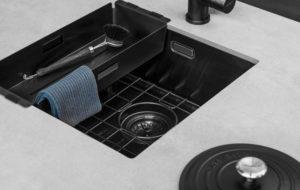 Zwarte keuken: Zwarte spoelbak, inzetbakje en bodemrekje van Lanesto in Gun metal + Selsiuz kokend-water-kraan
