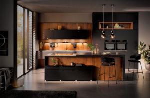 Mat zwarte keuken met zwart eiken houtdecor - Häcker 6021 GL