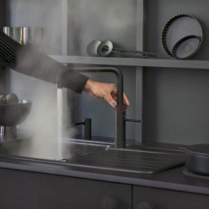 Keukenindeling voor de linkshandige kok: Zwarte Quooker Fusion Square kokend-water-kraan, bedienbaar door linkshandige + zeeppomp links van de kraan