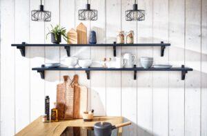 Landelijke wandplanken in de Häcker Bristol fluweel blauwe keuken