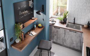 Houtlook bureau met keukenplank aan de keukenwand, grijze moderne keuken Häcker Comet