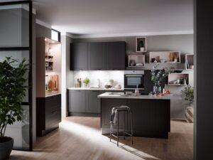 Grijze landelijke moderne keuken met kookeiland & kast met uitschuifbaar bureau – Häcker keuken Lotus grafiet