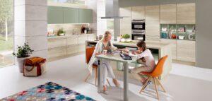 Licht decor houten keuken – kookeiland met tafel voor eten, spelen, studeren en thuiswerken – Nobilia keuken Structura 401