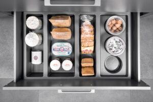 Grijze voorraadlade van kunststof, Häcker keuken inrichting