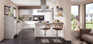Witte hoogglans keuken met grijze betonlook keukenblad en zijpanelen, Nobilia L-keuken + schier-kookeiland