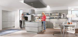 Betonlook keuken met greeploze keukenladen + deuren, Nobilia schiereiland keuken Riva 892 decor beton grijs