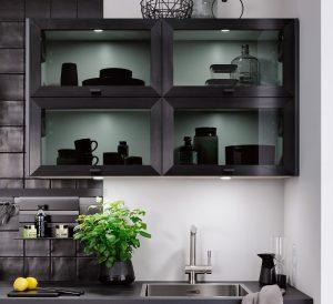 Zwarte glazen keukendeurtjes in bovenkastjes – Häcker moderne keuken Boston
