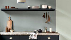 keukenmuur Flexa Tranquil Dawn en koel grijs + wandplanken en keukenkastjes Flexa antracie