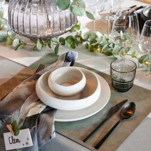 Gedekte kersttafel in grijs, crème en groen tinten, Casa kerst 2020