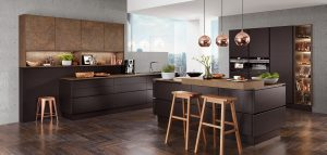 Mat zwarte keuken met kookeiland, greeploze zwarte keukendeurtjes + keukenlades, Nobilia Touch 340