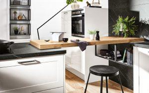 Witte landelijke moderne keuken met metalen handgrepen, Häcker keuken Granada