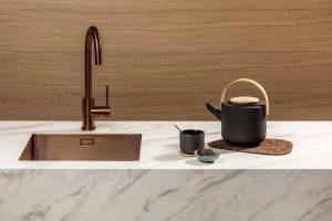 Wit marmerlook keukenblad: TopCore Virtuous – Dekker Zevenhuizen