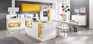 Witte hoogglans keuken, werkeiland, gele bovenkastjes – Nobilia Focus 470 ultra hoogglans alpin wit, color concept geel