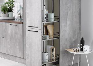 Grijze beton keuken met zwarte keukengrepen, apothekerskast, Häcker keuken Comet