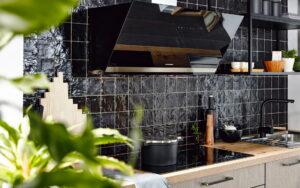 Industriële keuken met zwarte keukenkraan, tegels, keukenrek en industriële handgrepen, Häcker keuken geborsteld RVS look Steel Metallic Bali Summer Oak