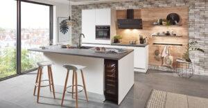 Witte modern klassieke keuken met spoeleiland en wijnkoelkast