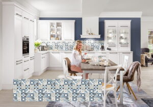 Landelijke keuken met achterwand keuken tegels, Nobilia kunststof nisbekleding met tegeldecor Floral blauw