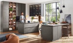 Grijze beton U-keuken met bar en open vakkenkast – Nobilia Riva 839