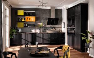 Zwarte landelijke keuken met olijf groen en oranje gekleurde regalen, Häcker AV 6035