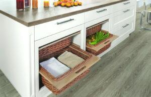 Keukentextiel en groente in rieten manden, Nobilia witte landelijke keuken
