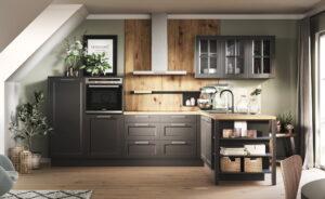 Landelijke L-keuken met keukenkastjes met glasdeurtjes, keukenrek en open kastvakken, Häcker Malaga
