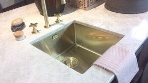 Composiet marmer keuken werkblad met koperen spoelbak en kranen