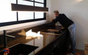 Plaatsing van zwart granieten keuken werkblad en vensterbank door keukenmonteur René