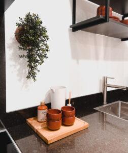 Granieten aanrechtblad en smetplint in een luxe industriële landelijke keuken