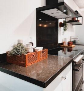 Granieten aanrechtblad, smetplint en keukenachterwand in een luxe industriële landelijke keuken